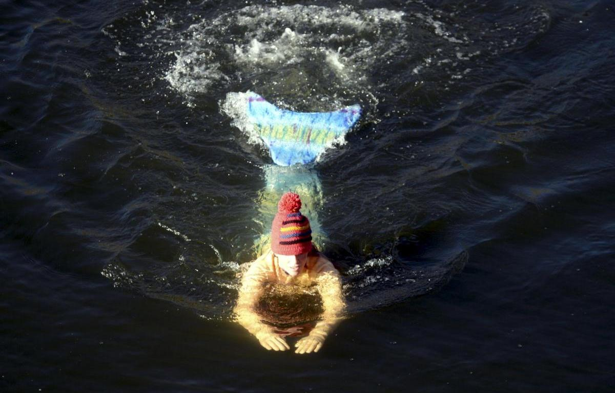 Urban Mermaid Lindsay Cole Swimming The Thames To Raise